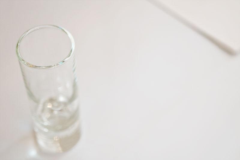 空のショットグラスは、情熱の一杯を注ぐために