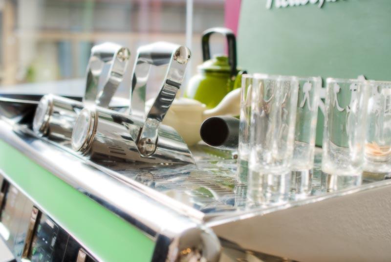 エスプレッソマシンとショットグラス
